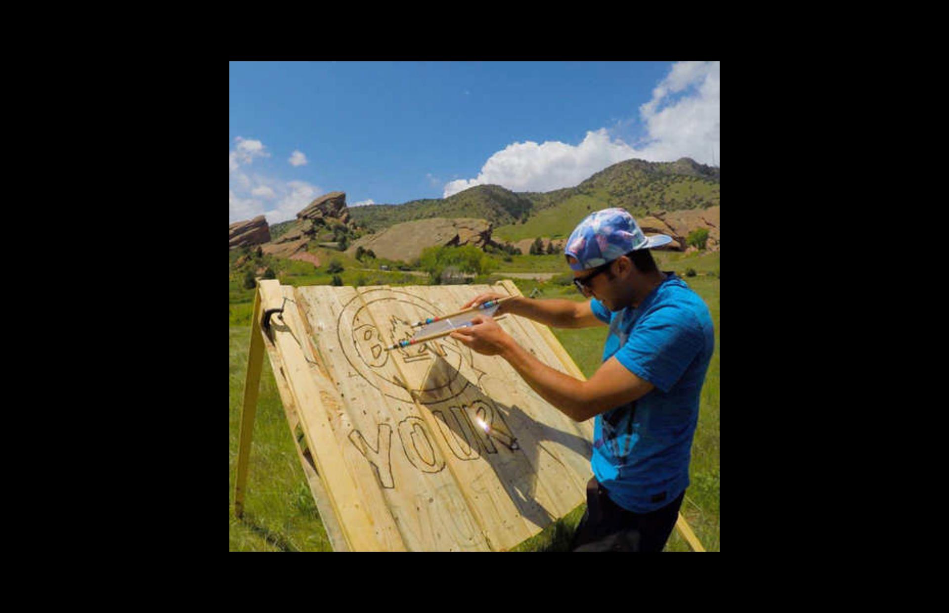 Ο Έλληνας καλλιτέχνης που «ζωγραφίζει» με τον ήλιο